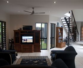 Dolphin Beach House - Grafton Accommodation