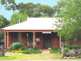 Stacey Studio Gallery  Almond Grove BB - Grafton Accommodation